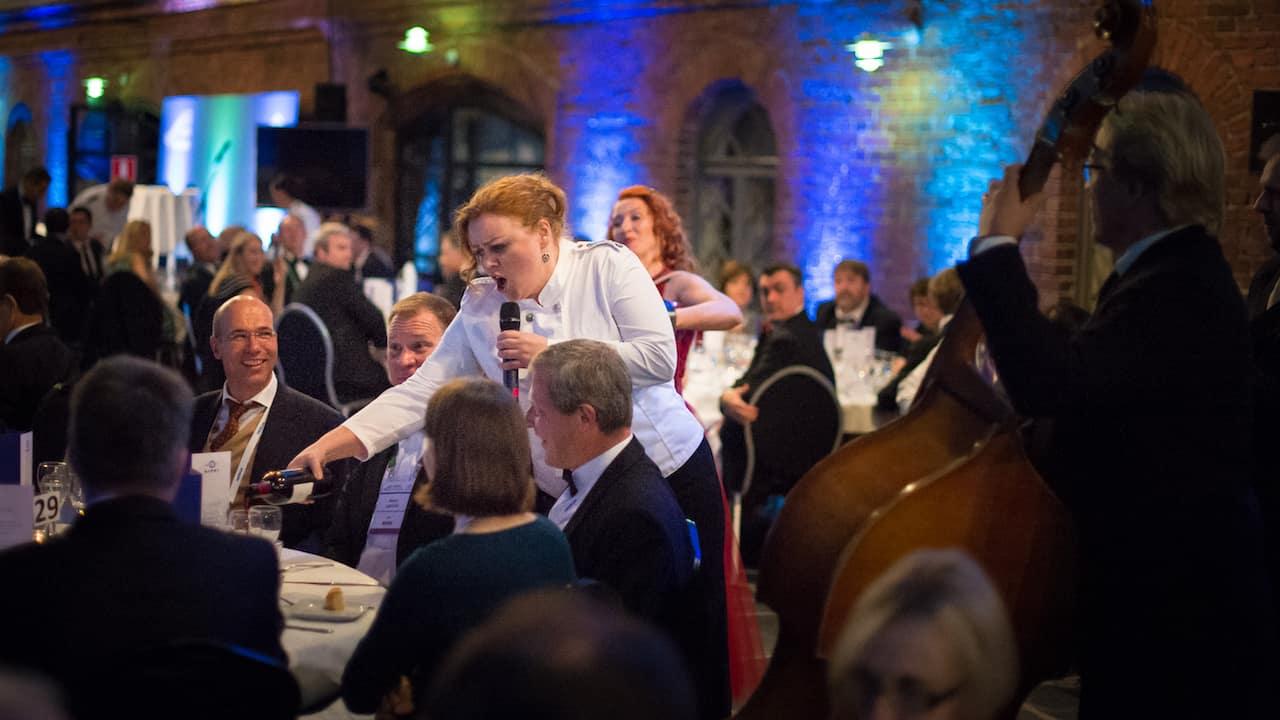 Laulavat Tarjoilijat Tessa Virta Orkesteri